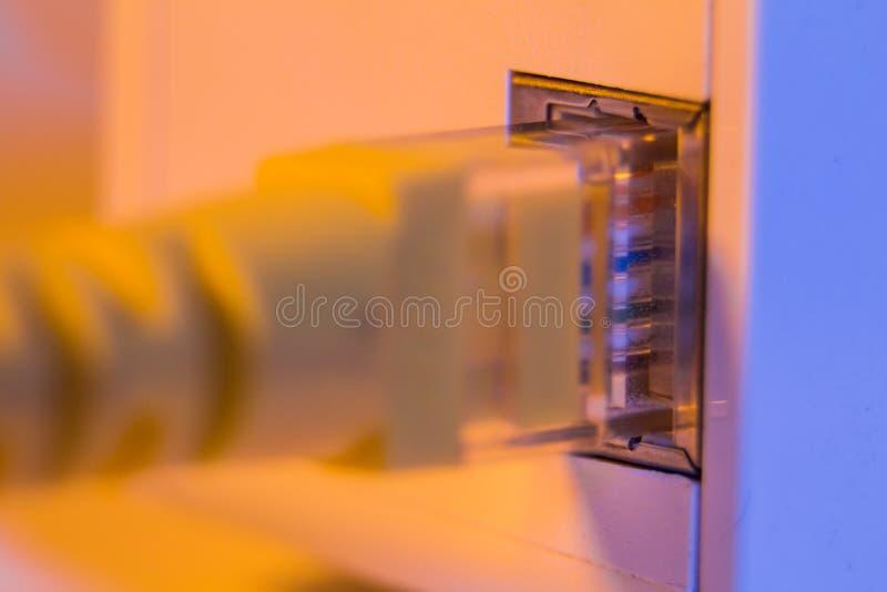 Macro próximo acima do prolongamento de WiFi no soquete bonde na parede foto de stock