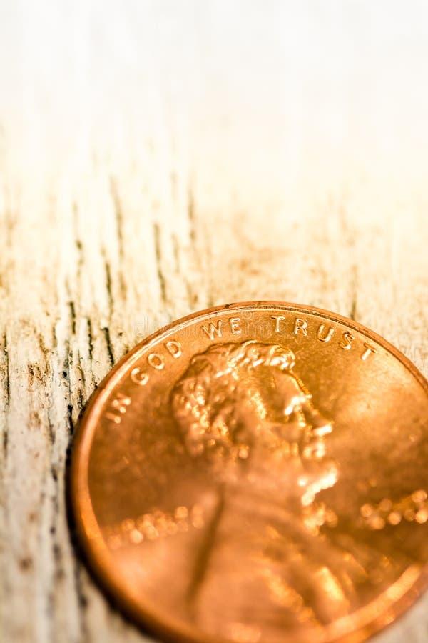 Macro primo piano del penny di rame su fondo immagini stock