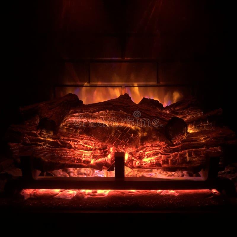 Macro quente e ardente da chaminé com brasa vermelha fotos de stock
