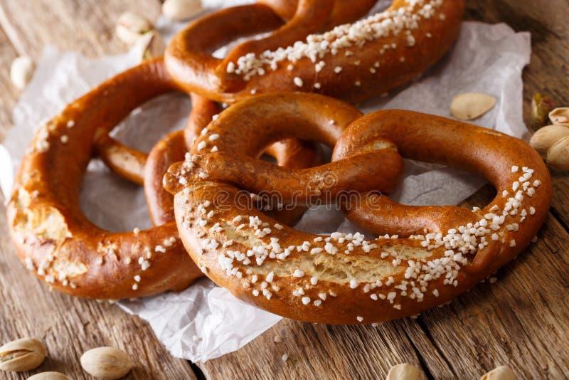 Macro salé allemand traditionnel de pain de bretzel sur la table Hori images libres de droits