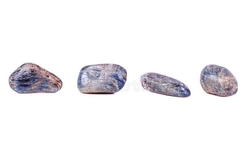 Macro saphir en pierre minéral sur le fond blanc photographie stock libre de droits