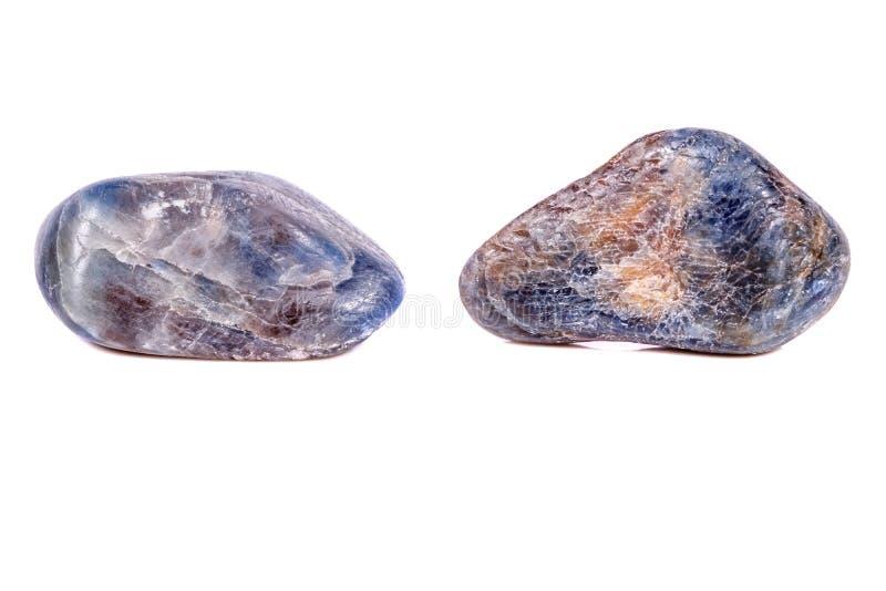 Macro saphir en pierre minéral sur le fond blanc image stock