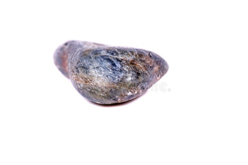 Macro saphir en pierre minéral sur le fond blanc images stock