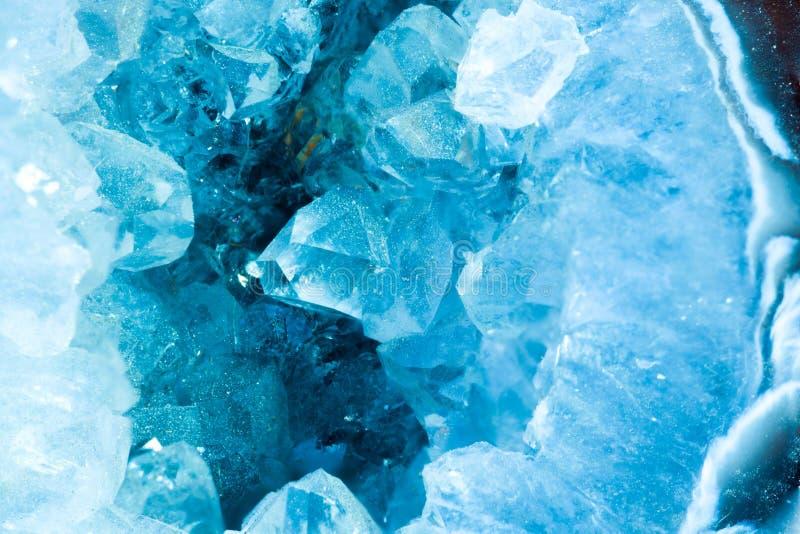 Macro seccionada transversalmente del detalle de la rebanada de una geoda del color de la aguamarina imagen de archivo
