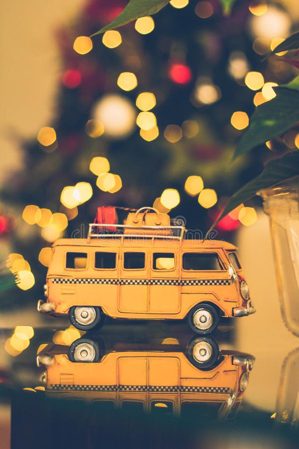 Macro Shot Photography of Brown Volkswagen Van Figuur on Table royalty-vrije stock foto