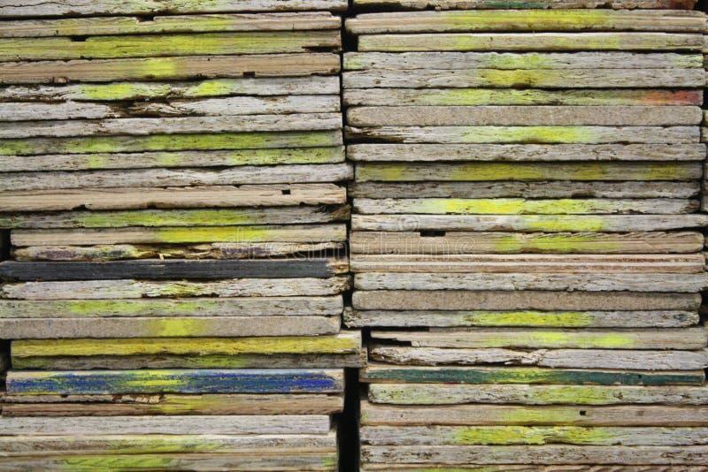 Macro spruzzo di legno di struttura dipinto con l'inchiostro giallo della pittura fotografie stock libere da diritti