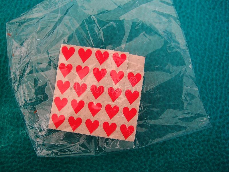 Macro stampe fini della carta da parati del piccolo del bastone fondo rosso delle carte immagini stock