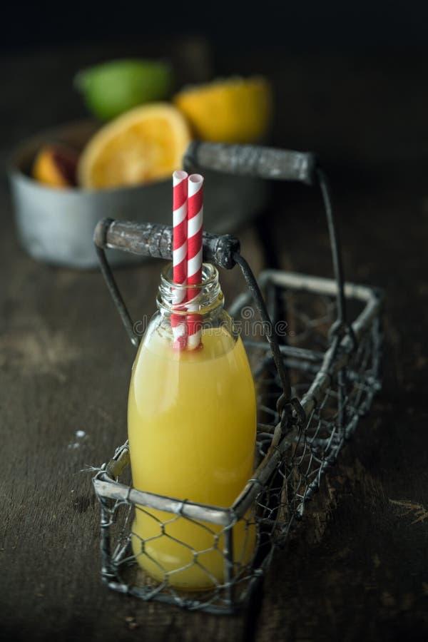 Macro succo di frutta del tiro in vassoio fotografia stock