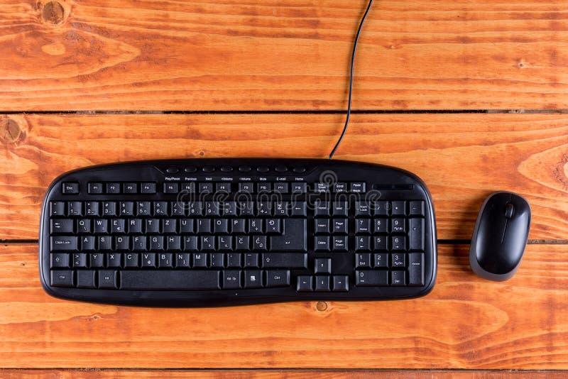Macro tastiera nera del pc del primo piano con il topo senza fili nero fotografia stock