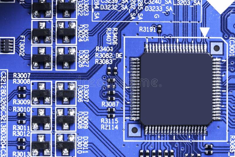 Macro tir d'un Circuitboard avec des puces de résistances et des composants électroniques Technologie de matériel informatique Co photo stock
