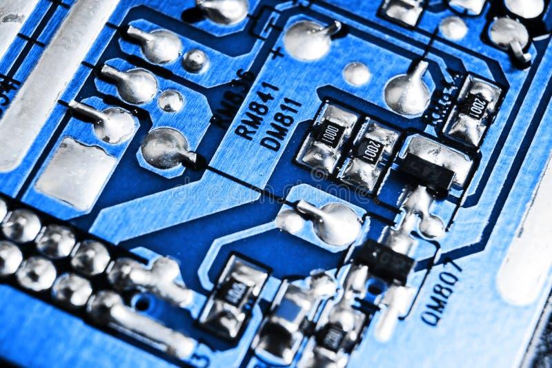 Macro tir d'un Circuitboard avec des puces de résistances et des composants électroniques Technologie de matériel informatique Co image stock