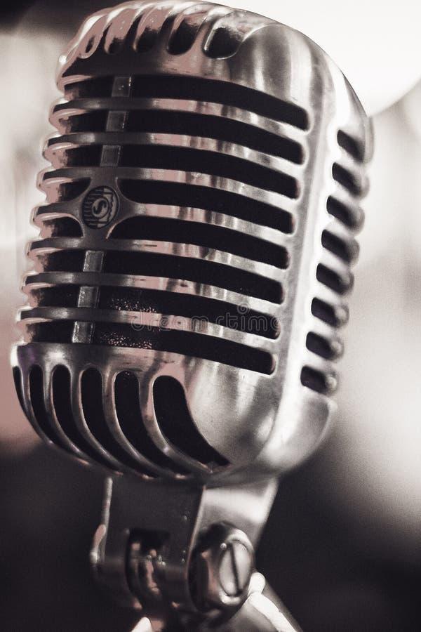 Macro tir d'un microphone argenté de vieux cru image libre de droits
