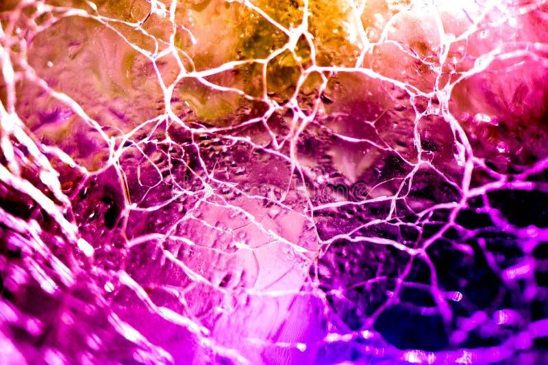 Macro tir de boule en verre cassée et criquée sur le fond coloré d'arc-en-ciel photo libre de droits