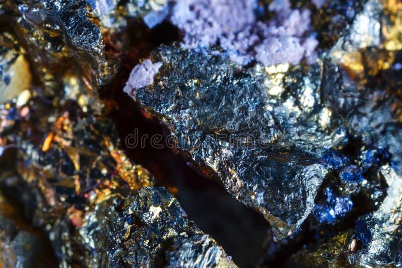 Macro tir de pierre gemme naturelle Le minerai cru est chalcopyrite images libres de droits