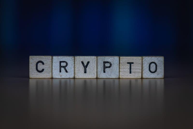 Macro tir des cubes en bois sur une table montrant le mot CRYPTO image stock