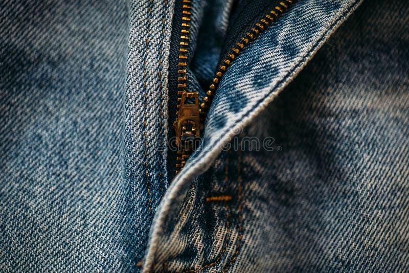 Macro tir des jeans bleus de denim avec la tirette ouverte photographie stock