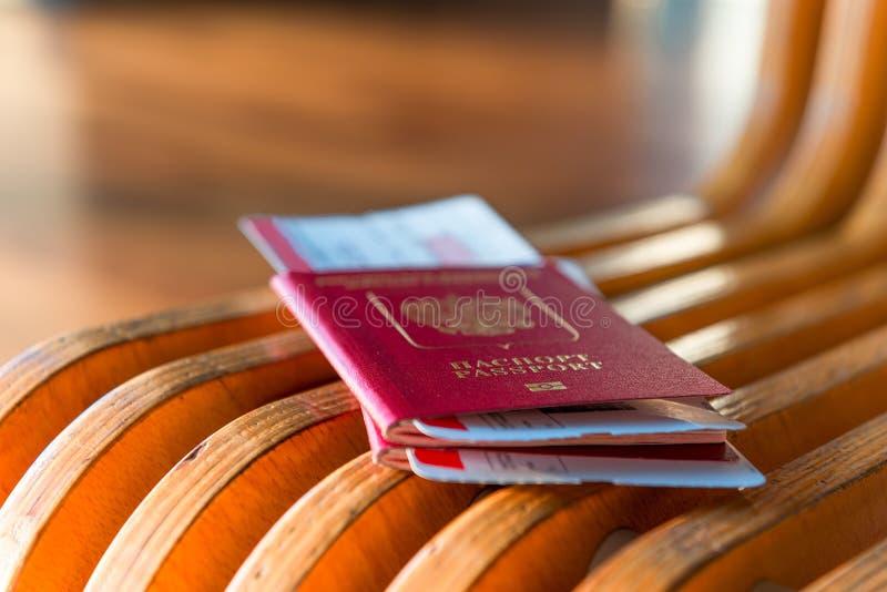 Macro tir des passeports et des billets photographie stock libre de droits