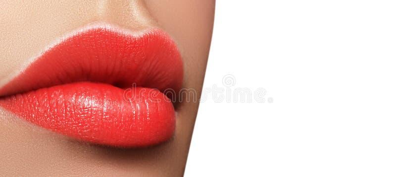 Macro tir en gros plan de bouche femelle Maquillage rouge de lèvres de charme sexy avec le geste de sensualité Rouge à lèvres jut images libres de droits