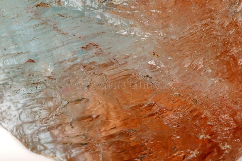 Macro topazio di pietra minerale su un fondo bianco fotografia stock libera da diritti