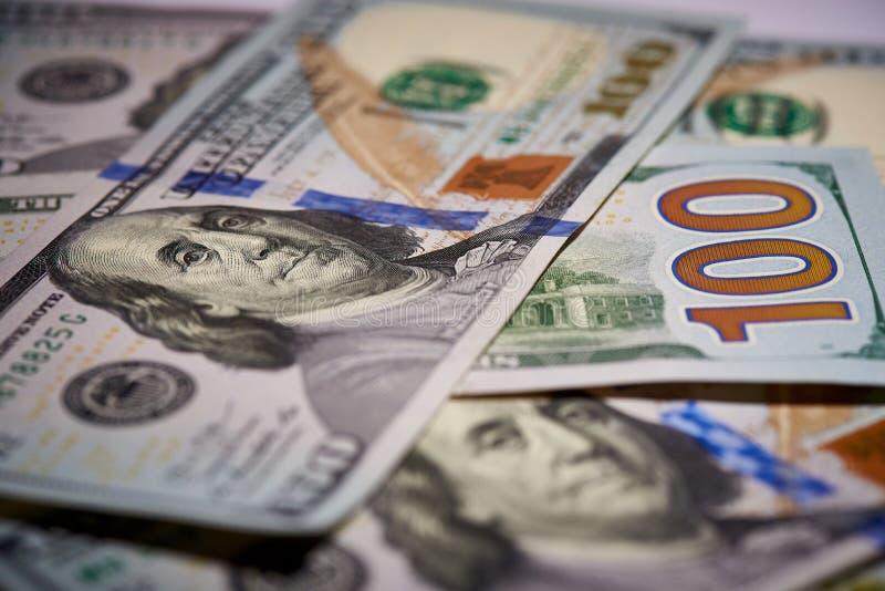 Macro van Amerikaans papiergeld met een waarde van honderd dollars, de nieuwe Amerikaanse rekening royalty-vrije stock foto