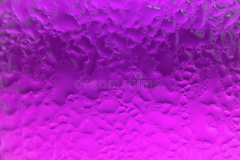 Macro van de condensatie op de levendige purpere glasfles die wordt geschoten stock foto