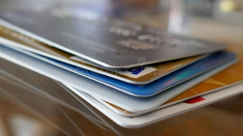 Macro van een creditcardsstapel die wordt geschoten stock afbeelding