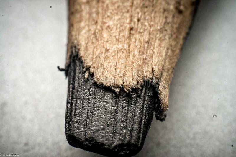 Macro van een houten koolstof die van het potlooduiteinde wordt geschoten stock fotografie