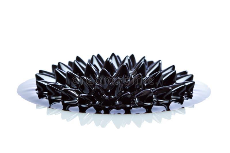 Macro van Ferrofluid op witte oppervlakte stock foto's