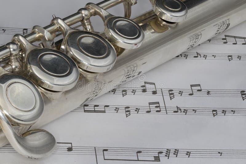 Macro van Fluit op bladmuziek die wordt geschoten stock afbeelding