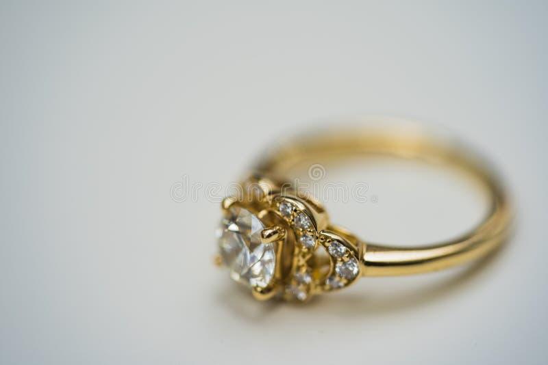 Macro van Gouden Diamond Engagement Ring wordt geschoten dat stock foto