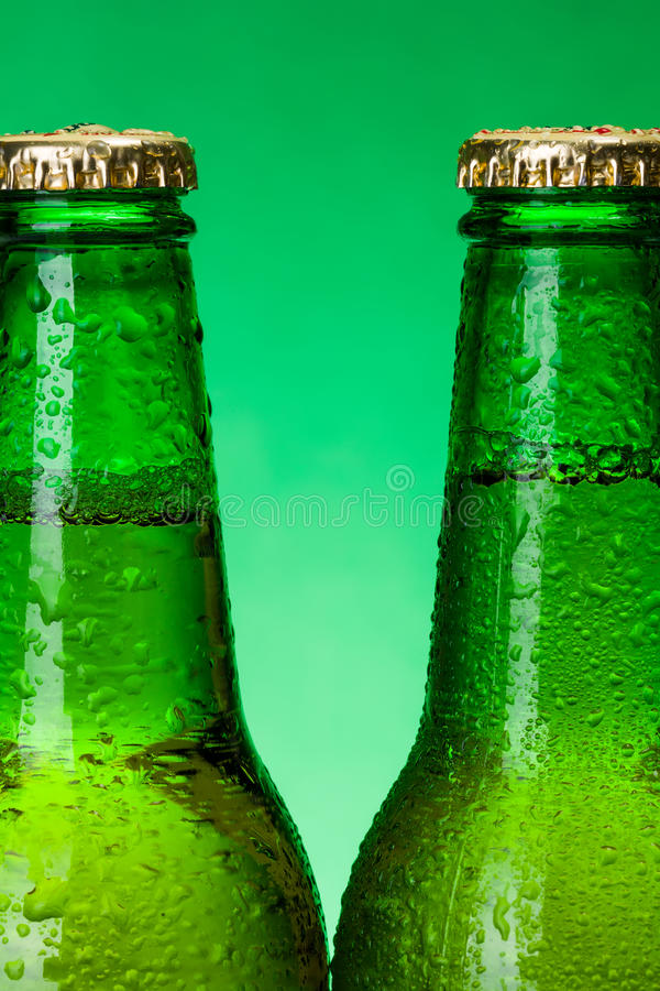 Macro van natte groene bierflessen royalty-vrije stock foto's