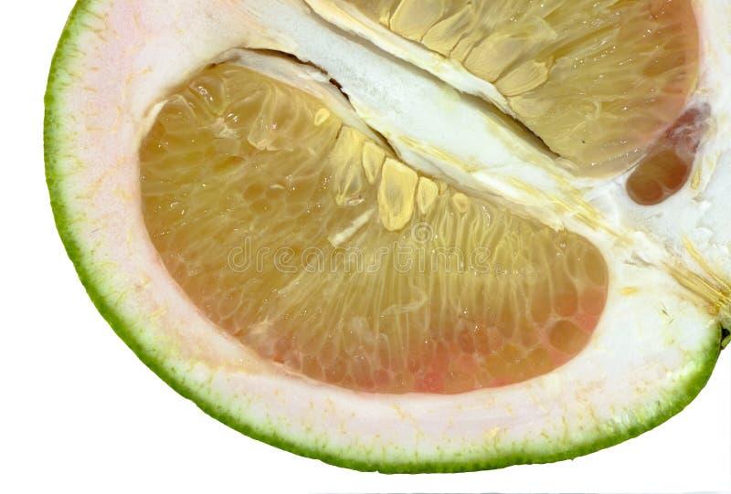 Macro van pompelmoes op witte achtergrond stock afbeelding