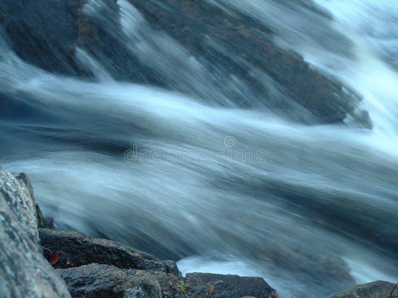 Macro van rotsen door water mee te slepen royalty-vrije stock afbeeldingen