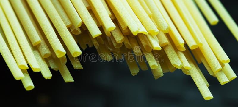 Macro van Spaghetti op donkere achtergrond wordt geschoten die stock afbeeldingen