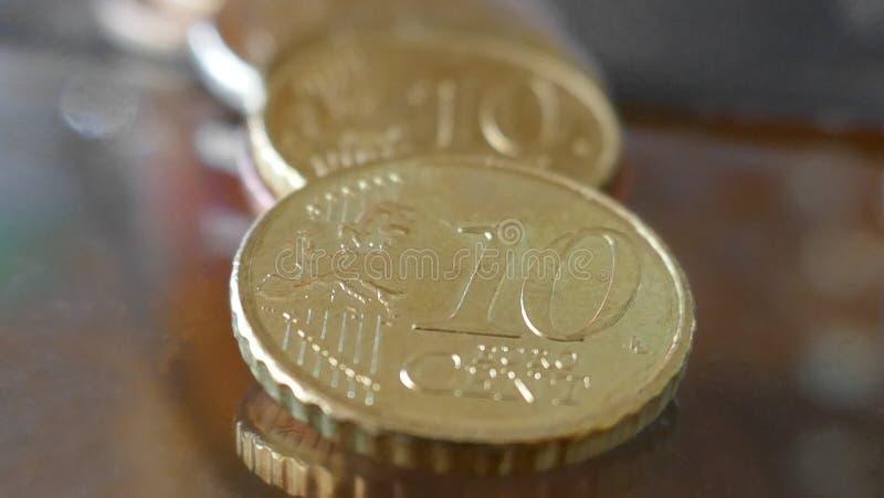 Macro van tien centen Euro muntstukken dat wordt geschoten stock foto