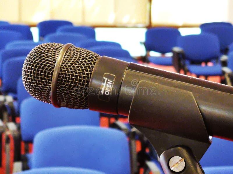 Macro vista e sedie del microfono nei precedenti fotografia stock libera da diritti