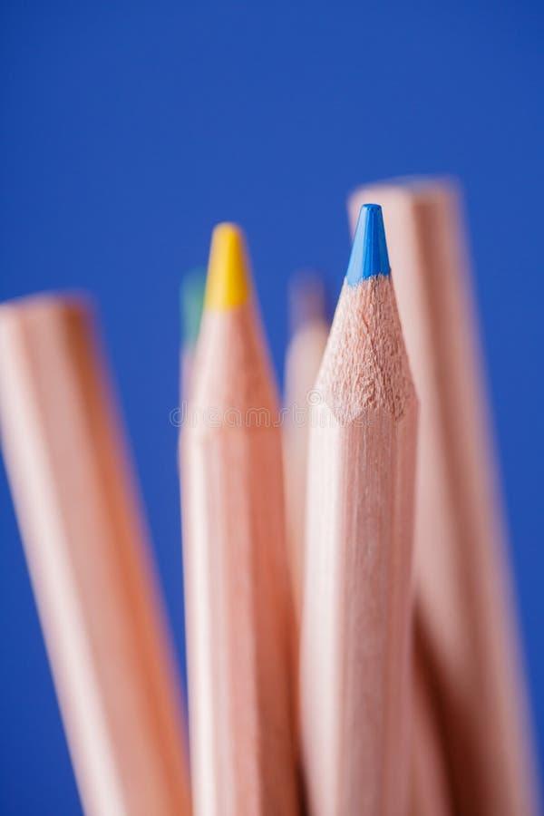 Macro vue des crayons L'horizontal de l'automne Crayons colorés sur le fond bleu image libre de droits