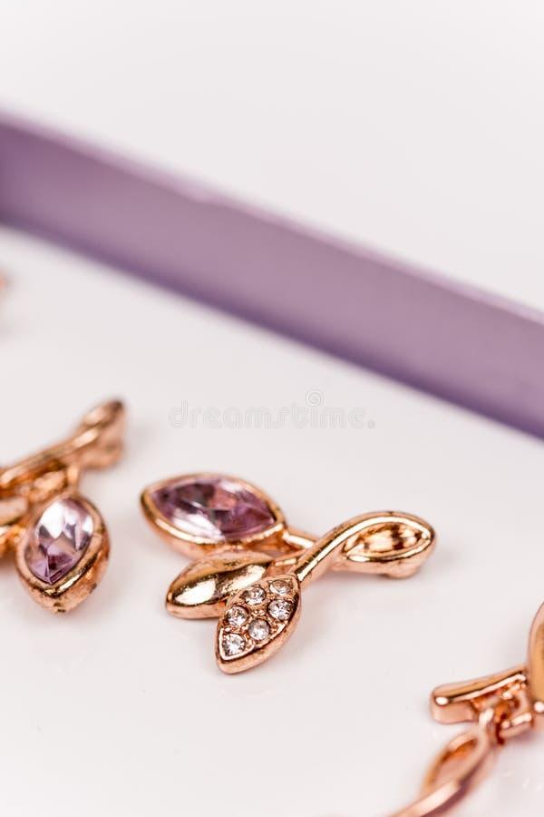 Macrobeeld van gouden oorringen met diamantstenen royalty-vrije stock afbeeldingen