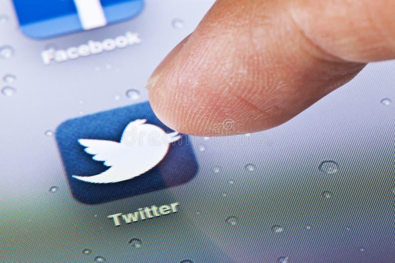 Macrobeeld van het klikken van het Twitter-pictogram op stock afbeelding