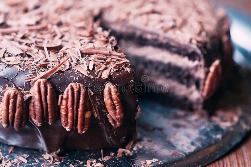 Macrochocoladecake met noten, spaanders, donkere glans royalty-vrije stock afbeeldingen