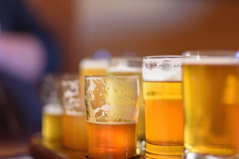 Macroclose-up van een biervlucht in zonlicht stock afbeeldingen
