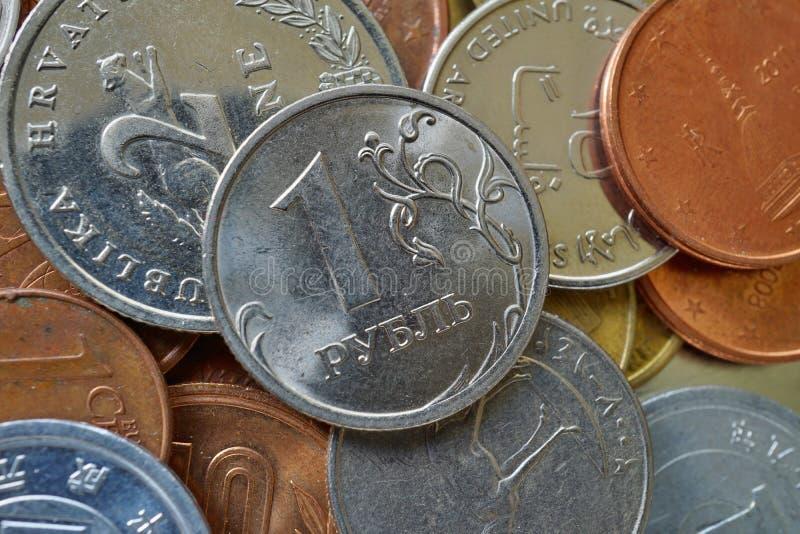 Macrodetail van één Russische Roebel & x28; RUB& x29; op de bovenkant van hoop van vele diverse munten wordt gemaakt die stock foto