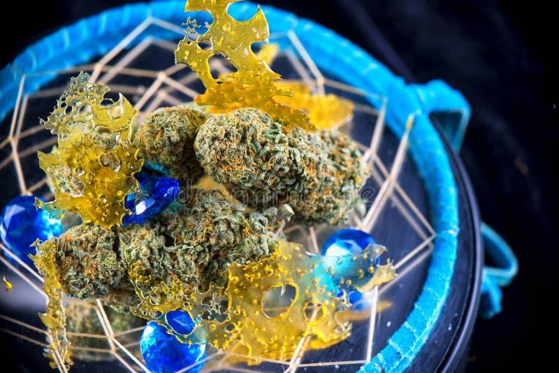 Macrodetail van cannabis nugs en marihuanaconcentraten & x28; sh aka stock foto's