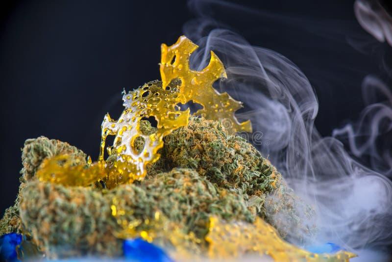 Macrodetail van cannabis nugs en marihuanaconcentraten & x28; sh aka stock foto