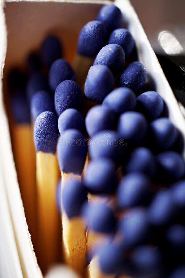 Macrodetail van de stokken van de veiligheidsgelijke met blauwe hoofden in het document gelijkevakje & x28; matchbox& x29; in vor royalty-vrije stock afbeeldingen