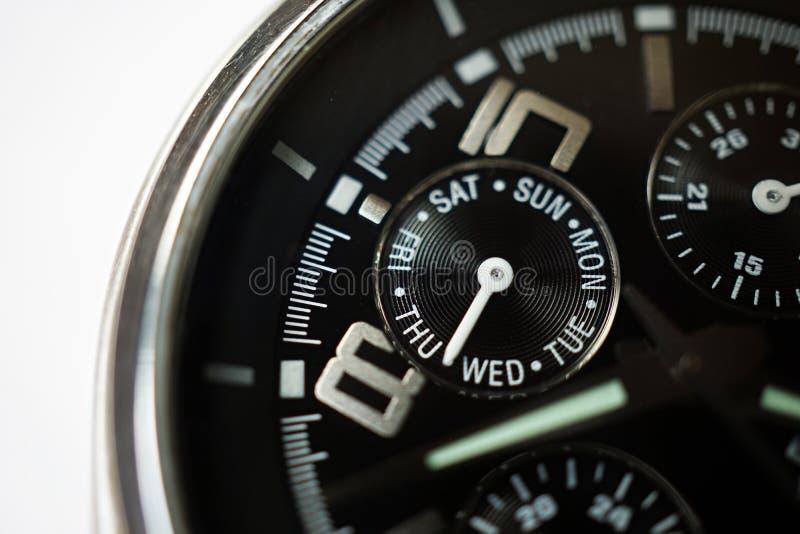 Macrodetail van een zilveren en zwart horloge met de nadruk op de rond gemaakte weekkalender die de dagen in week tonen royalty-vrije stock afbeeldingen