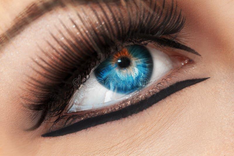 Macrofoto van blauw oog Schreeuwende vrouw stock afbeeldingen