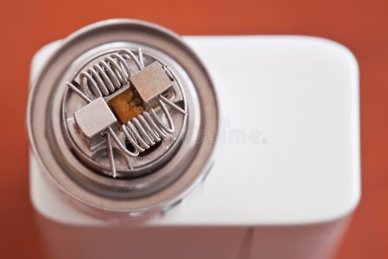 Macrofoto van nieuwe claptonrol opgezet in de elektronische sigaret stock afbeeldingen