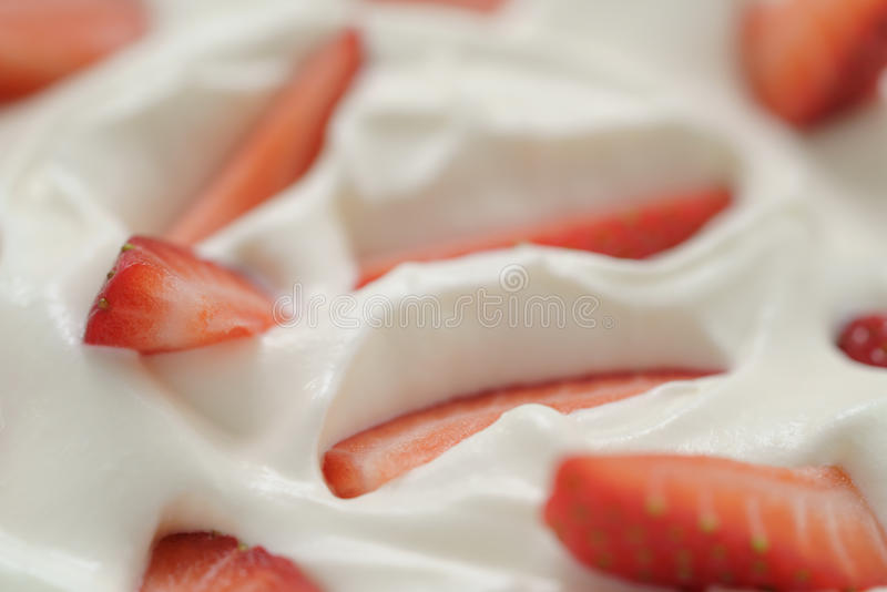 Macrofoto van organische yoghurt met verse gesneden aardbeien royalty-vrije stock foto's