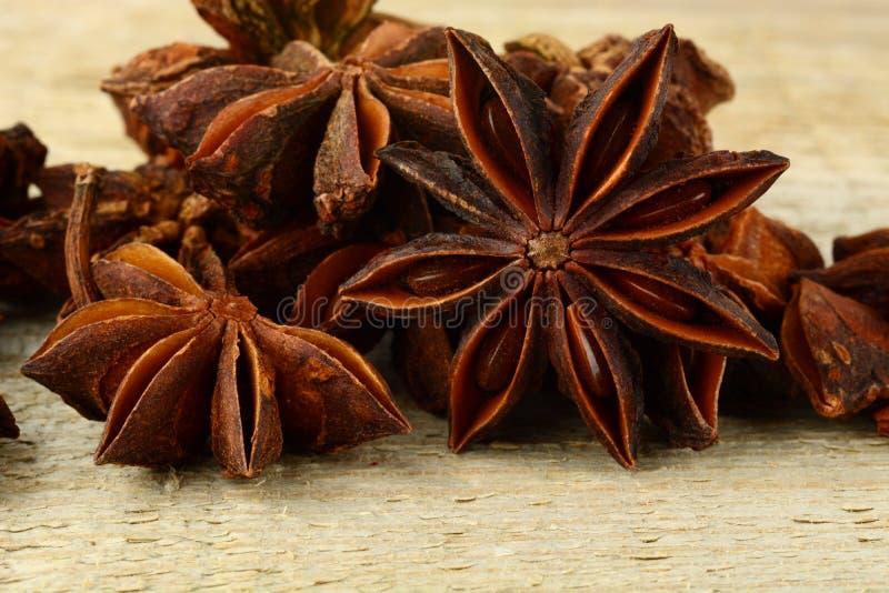 Macromening van vele anijsplant op houten raad stock foto's
